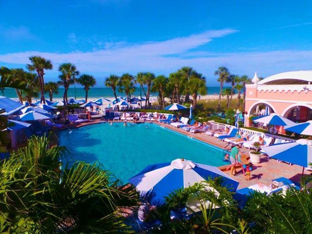 living-coral-trends-interior-decor-hotel